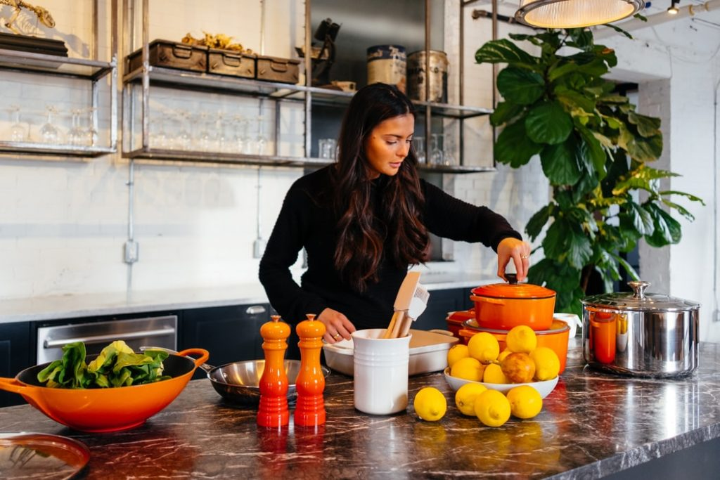 Femme dans une cuisine